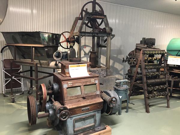 昔のおせんべいを作る機械